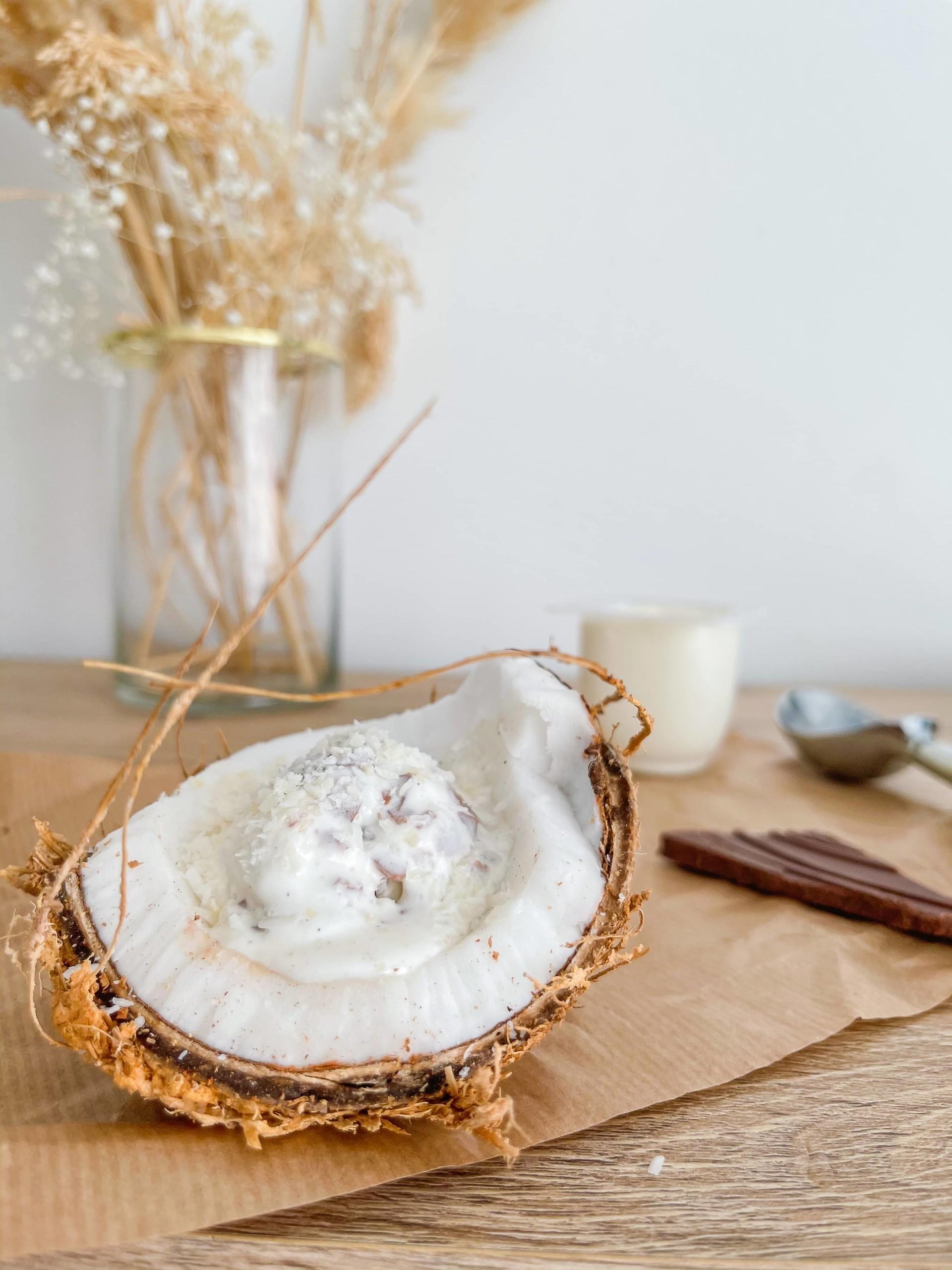 Yaourt glacé choco/coco dans une noix de coco